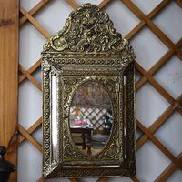 Настенное зеркало с щетками для обуви