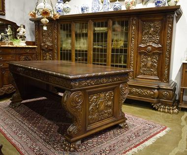 Антикварный гарнитур в стиле ренессанс (буфет и стол)