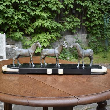 "Скульптура ""Лошади"" на постаменте"