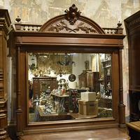 Большое зеркало в старинной резной раме