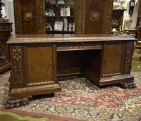 Письменный стол со львиными лапами