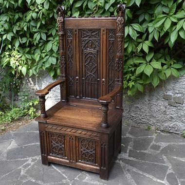 Кресло-трон в готическом стиле