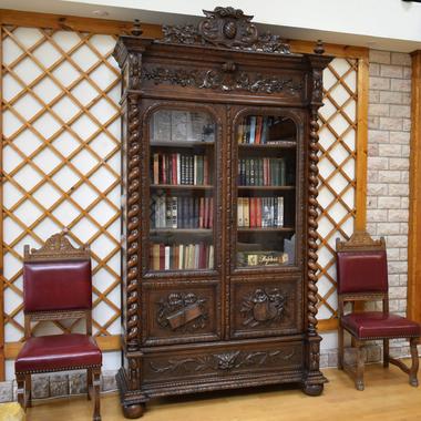 Антикварный книжный шкаф в стиле ренессанс
